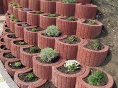 Retaining wall ideas – concrete planters as a supporting structure in garden Concrete Planter Boxes, Garden Planters, Concrete Garden, Design Jardin, Garden Design, Small City Garden, Small Shrubs, Walled Garden, Terraced Garden