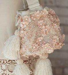 Dompet kain Diy Bags Easy, Simple Bags, Beaded Purses, Beaded Bags, Desi Wedding Decor, Bridesmaid Bags, Wedding Bag, Fabric Bags, Girls Bags