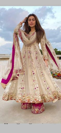 Indian Fashion Dresses, Dress Indian Style, Indian Designer Outfits, Girls Fashion Clothes, Indian Outfits, Ethnic Fashion, Simple Pakistani Dresses, Pakistani Wedding Outfits, Pakistani Dress Design