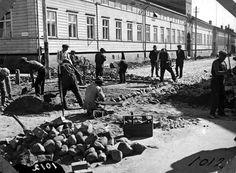 Kuvagalleria: Jatkuvia katutöitä päivitelty Oulun katukuvassa ennenkin. Kalevan vanhat kuvat kertovat, kuinka katuja tuunattiin vuosikymmeniä…