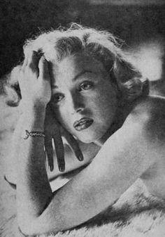 """1953, deux séries de photos prisent par John FLOREA... Marilyn se prépare au tournage de """"How to marry a millionaire""""."""