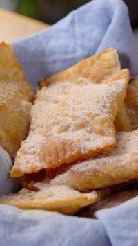 Quem aí resiste a uma tortinha frita de maçã super crocante por fora e com um recheio quentinho e suculento por dentro?