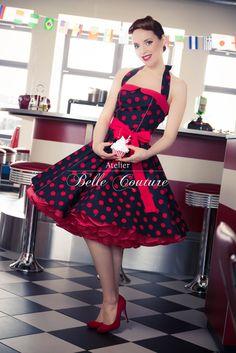 Schönes 50er Jahre Petticoatkleid Modell: M10-04-15 Das Petticoatkleid wird aus einem angenehmen Baumwollstoff in schwarz mit großen roten Punkten gefertigt. Der gerade Ausschnitt und der...
