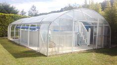 L'abri peut protéger des piscines hors-sol ou enterrées.