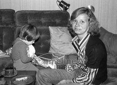 Heiligabend in Berlin, 1977 Juergen/Timeline Images #70er #auspacken #Gechenke #glückliche #Mutter #Kind #Weihnachten #West-Berlin #historisch #schwarzweiß #Nostalgie #Brauchtum #Feier #Fest Timeline Images, Berlin, Couple Photos, Couples, Fictional Characters, Christmas Eve, Christmas, Happy Mom, Pregnancy