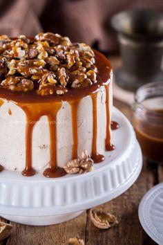 Тыквенный торт с грецкими орехами и соленой карамелью