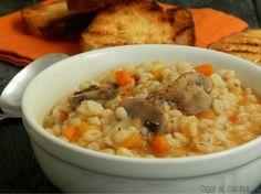 La zuppa di orzo e verdure è un piatto completo e nutriente da gustare in inverno, preparata con ingredienti semplici e di stagione come funghi e zucca.
