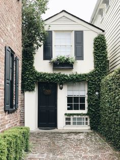 2 Days in Charleston - Danielle Moss Modern Tiny House, Small House Design, Tiny House Living, Townhouse Exterior, Small Cottage Homes, Townhouse Designs, Industrial House, Facade House, Home Design Plans