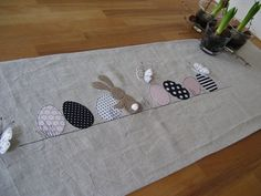 Lovingly designed table runner made of high-quality linen, appliqués in cotton fabric. Motif can also be sewn on white (or coloured) cotton fabric, please specify at the time of purchase if desired. Easter Table Decorations, Decoration Table, Easter Bunny, Easter Eggs, Black White Pink, Easter Crafts, Table Runners, Kids Rugs, Quilts