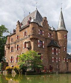 Burg Satzvey (Satzvey castle) An der Burg 3, 53894 Mechernich, Nordrhein-Westfalen, Germany - www.castlesandmanorhouses.com