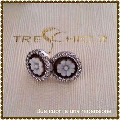 orecchini in argento 925, contornato da tanti piccoli zirconi, molto luccicosi . Al centro un cammeo inciso a mano, da maestri artigiani, su conchiglia sardonica. raffigura una margherita, simbolo della semplicità