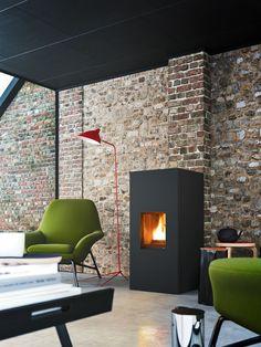 Salón con pared de piedra y chimenea / Buhardilla con estufa pellet / Pellets: la revolución económica y sofisticada para calentar tu casa #hogarhabitissimo
