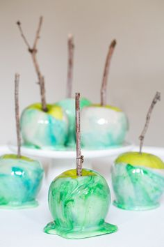 After making these, we couldn't wait to show you how to marble candy apples! How gorgeous are these?! We're pretty smitten over the marbled candy apples and think they'll be perfect for a Halloween party!! They're actually fairly easy to make, as long as you have a candy thermometer and watch the sugar temperature! You …