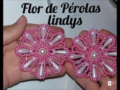 Flor de pérolas Lindys   04 de maio de 2017 - YouTube Jewelry Making Tutorials, Beading Tutorials, Beaded Jewelry Patterns, Beading Patterns, Decorating Flip Flops, Fabric Flower Tutorial, Beaded Crafts, Diy Hair Bows, Native American Beading