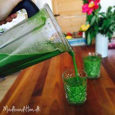 Sådan laver du en greenie / grøntsagssmoothie. Få masser af vitaminer indenbords ved at lave grønne drinks. Grundopskrift og masser af gode tip her --> Madbanditten.dk