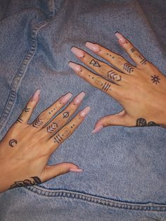 hand tattoo ideas from women celebrities that love ink 20 ~ thereds.me hand tattoo ideas from women celebrities … Finger Tattoo Designs, Henna Finger Tattoo, Henna Tattoo Muster, Hand And Finger Tattoos, Mandala Hand Tattoos, Simple Hand Tattoos, Simple Finger Tattoo, Henna Tattoo Designs Simple, Finger Tattoo For Women