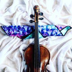 Na lato nowa rzecz w futerale: szmatka do skrzypiec w moich ulubionych kolorach  Taką fakturę materiału trudno opisać jest trochę jak miękka pianka do zjedzenia  Cudo. Mogłaby być moim szalikiem. Obrusem. Zasłoną. Aż szkoda nią wycierać kalafonię no ale po to została stworzona!   Zamówić można na stronie @beaumontmusic  Zagramaniczna wiadomo     #achkolory | #fotowyzwaniejestrudo | @jestrudo  _________ #violin | #violino | #violinist | #violinlife | #violingirl | #skrzypaczka | #skrzypce…
