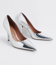 Scarpin feminino  Metalizado  Material: sintético  Bico fino   Marca: Vizzano     COLEÇÃO VERÃO 2017     Veja outras opções de    scarpins femininos.       Sobre a marca Vizzano    Para oferecer a beleza que as mulheres tanto querem, é essencial ter estilo. A Vizzano reúne as principais tendências de moda para que as mulheres possam desfilar toda a sua feminilidade em qualquer situação. Trabalhando com luxo e glamour em cada detalhe, os calçados femininos da Vizzano são criados para…