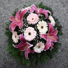 Creative Flower Arrangements, Funeral Flower Arrangements, Funeral Flowers, Diy Flowers, Fresh Flowers, Gerbera, Ikebana, Projects To Try, Bouquet