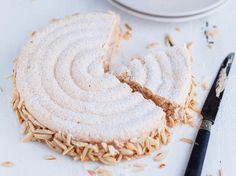 Le succès, ça se mérite. Composé de deux cercles de dacquoise garnis de crème au beurre pralinée légère, cet entremets demande un peu de patience pour... Meringue Desserts, Gourmet Desserts, Dessert Recipes, Dacquoise, Chefs, Kosher Recipes, Sweet Pie, Love Eat, Almond Cakes