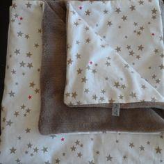 Couverture d'appoint idéale dès la naissance, très douce et épaisse, une face blanche étoiles beiges, l'autre taupe