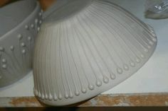 Slip trailing, this would add nice texture to thrown items, look more diverse! Ceramic Tools, Ceramic Decor, Ceramic Clay, Ceramic Studio, Pottery Bowls, Ceramic Pottery, Pottery Art, Pottery Studio, Ceramic Techniques