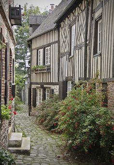 Les très jolies rues de la ville d'Honfleur en Normandie