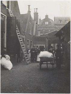 Beddenuitdeling op de binnenplaats van de Janskerk aan de Jansstraat. Foto 1910 Fotograaf: Anoniem