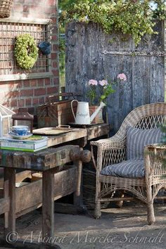 Vintage garden design is a growing trend for outdoor living spaces. We present you vintage garden decor ideas for your garden improvement. Vintage Garden Decor, Vintage Gardening, Outdoor Rooms, Outdoor Living, Outdoor Decor, Outdoor Office, Rustic Outdoor, Rustic Gardens, Outdoor Gardens