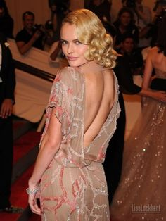 Kate Bosworth Medium Wavy Cut - Kate Bosworth didn't disappoint this year at the MET Gala in her stunning dress. She complemented her look with retro waves. Red Carpet Updo, Retro Curls, Valentino Dress, Kate Bosworth, Funky Hairstyles, Stunning Dresses, Gorgeous Dress, Glitz And Glam, Red Carpet Looks