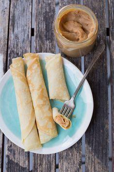 Los panqueques chilenos son los crepes franceses, delgada masa cocida en la sartén y rellena con manjar o mermelada de damasco.