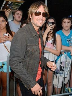 Keith Urban takes time to give fans his autograph as he arrives at GMA's N.Y.C. studio. http://www.people.com/people/gallery/0,,20717595,00.html#21362466