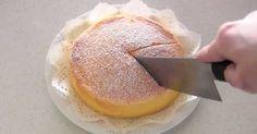 Honí vás chuť na sladké a nevíte, co rychle upéct? Máme pro vás řešení. Japonský tvarohový koláč máte ihned hotový a stačí vám na něj 3 základní ingredience, které má každý doma...