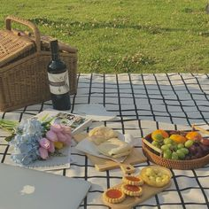 Picnic at Hangang, Seoul Picnic Date Food, Picnic Time, Summer Picnic, Picnic Ideas, Comida Picnic, All The Bright Places, Aesthetic Food, Aesthetic Pastel, Cute Food