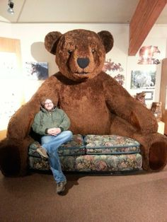 Lovable, relaxed and really big Teddy Bear Sofa. Delightful to have a giant buddy like large teddy bear's accompany, notably in a cozy and cozy sofa way! Huge Teddy Bears, Giant Teddy Bear, Big Teddy, Love Bear, Big Bear, Cool Couches, Strange Photos, Crazy People, Weird And Wonderful