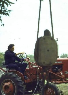 Johnny Cash on his Farmall Even Johnny Cash had red tractors! Johnny Cash, Johnny And June, Antique Tractors, Vintage Tractors, Vintage Farm, International Harvester Truck, International Tractors, Allis Chalmers Tractors, Farmall Tractors