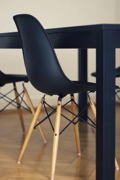 Eames DSW Chair in black with black table - George would LOVE this. Chaise Eiffel, Eiffel Chair, Black Eames Chair, Eames Chairs, Black Chairs, Dining Chairs, Eames Dining, Dining Table, Room Chairs