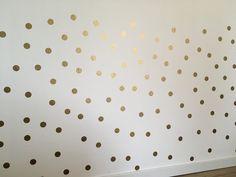 die besten 25 goldene punkte wand ideen auf pinterest goldtupfen tupfen w nde und goldpunkte. Black Bedroom Furniture Sets. Home Design Ideas
