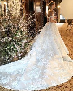collezione sposa Monique Lhuillier Spring regalità e sensualità Monique Lhuillier, Bridal Dresses, Wedding Gowns, Yes To The Dress, Fashion Group, Bridal Collection, Bridal Style, Dream Wedding, Wedding Fun