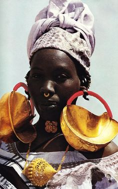 Remember those Fulani earrings at the Gold of Africa Museum? K bought a 1975 National Geographic because this photo was on the cover. African Tribes, African Women, African Art, African Life, African History, African Jewelry, Ethnic Jewelry, Jewellery, Gold Jewelry