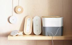 Verschiedene NORDMÄRKE Ladestationen für 1 oder 3 Geräte in Birke und in Weiß und ROMMA Kabelsammler mit Deckel in Grau und Weiß