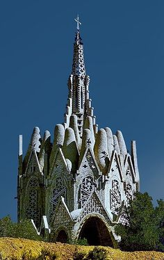 In Catalonia (Barcelona, Spain) stands a most unusual church building, designed by Josep Maria Jujol i Gibert, who worked with Gaudi on many projects. Church Architecture, Beautiful Architecture, Ancient Architecture, Classical Architecture, Antoni Gaudi, Old Churches, Catholic Churches, Cathedral Church, Church Design
