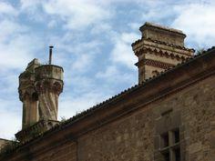 El palacio episcopal de plasencia, una de las diócesis con más historia y poder de España, posee unas bonitas chimeneas.