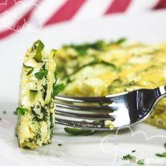 Zucchini und würziger Feta passen einfach perfekt zusammen. Dazu viele frische Kräuter – mmh, lecker! Die Kombination aus Eiern, Zucchini, Hüttenkäse, Feta und Kräutern ergibt einen tollen und leichten Auflauf der sich super als schnelles Abendessen eignet. Viele Proteine und kaum Kohlenhydrate. Er passt also ideal in den Low-Carb Ernährungsplan.      …