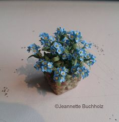 Garden of Miniatures: Spring flowers forget me nots Paper Flowers Diy, Beaded Flowers, Little Flowers, Summer Flowers, Dollhouse Landscaping, Diy Doll Miniatures, Minis, Miniature Plants, Miniature Dolls