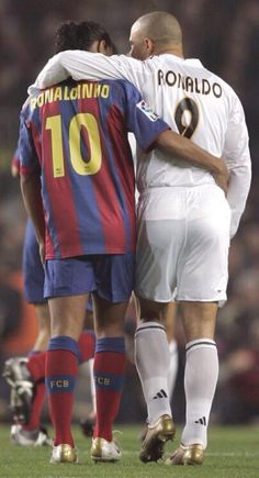 Ronaldinho of Barcelona and Ronaldo of Real Madrid embrace during a soccer match. Football 2018, Football Icon, Best Football Players, Football Is Life, World Football, Soccer World, Sport Football, Soccer Players, Ronaldo Football