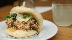 Le gua bao de chez Kuai, à Paris. Gua Bao, Paris Restaurants, Saveur, C'est Bon, Cheesesteak, Salmon Burgers, Ethnic Recipes, Food, Chinese Restaurant