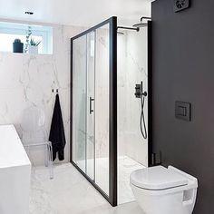 Ending my weekend here.   Still my favorite room. 🌟  ______________________________  📷: Sveinung Bråthen. #bathroom #baderom #baderomsinspo #baderomsinspirasjon #norgeslekrestebad #NaturelleCare #bathroominspo #marmorbaderom #marblebathroom #marbleinspo #badrumsinspo #mybathroom #boligpluss #bergersenflis #tapwell #jotunlady #novellini
