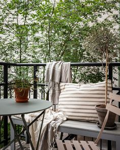 Outdoor Spaces, Outdoor Living, Outdoor Decor, Fresco, Scandinavian Garden, Cozy Corner, Decorating On A Budget, Simple House, Porch Swing