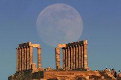 La luna se eleva sobre el templo de Poseidón, el Dios griego de Los Mares, miles de turistas disfrutaron de ésta vista. Foto: Reuters